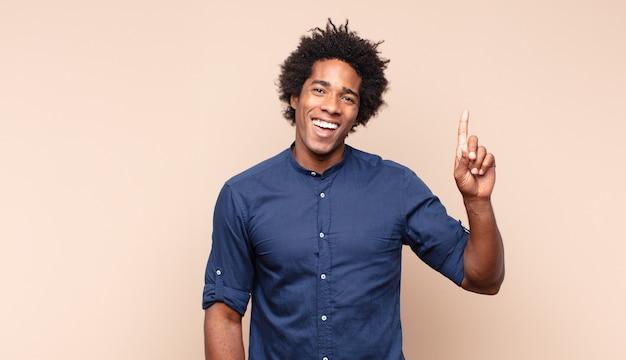 Jonge zwarte afro man die geïrriteerd en ziek van je houding kijkt, genoeg zegt! handen voorover gekruist, zeggend dat je moet stoppen