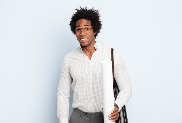 Jonge zwarte afro man die verbaasd en verward kijkt, lip bijt met een nerveus gebaar, het antwoord op het probleem niet weet
