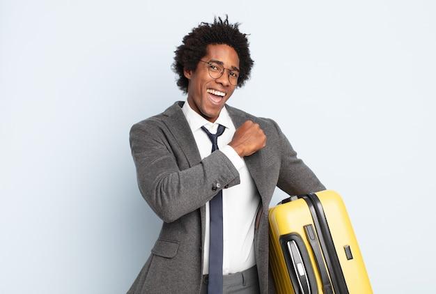 Jonge zwarte afro man die zich gelukkig, positief en succesvol voelt, gemotiveerd wanneer hij voor een uitdaging staat of goede resultaten viert