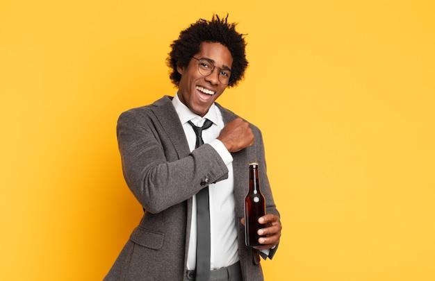 Jonge zwarte afro-man die zich gelukkig, positief en succesvol voelt, gemotiveerd wanneer hij voor een uitdaging staat of goede resultaten viert