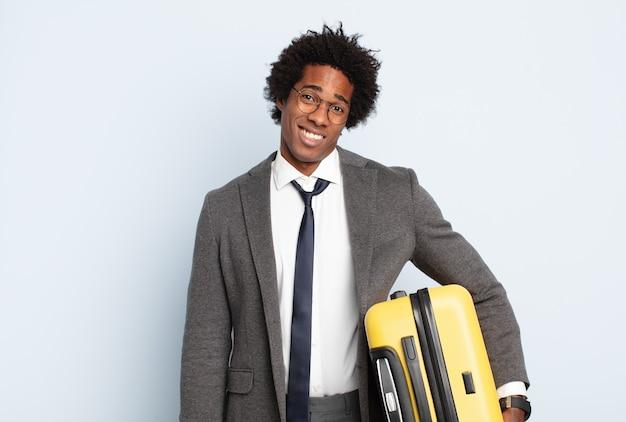 Jonge zwarte afro-man die zich verbaasd en verward voelt, met een domme, verbijsterde uitdrukking op zoek naar iets onverwachts