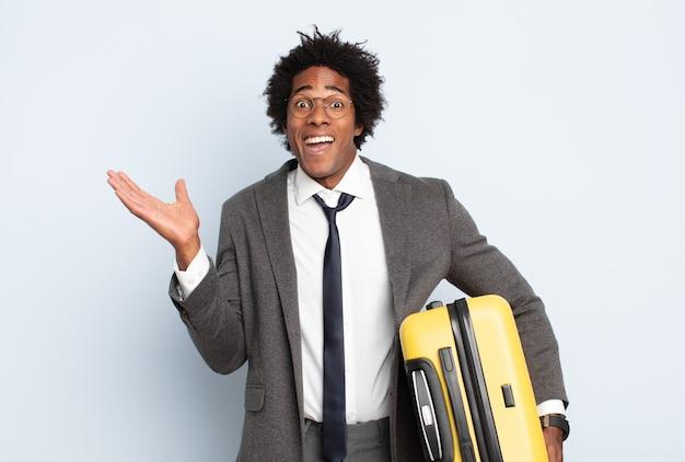 Jonge zwarte afro-man die zich verward en verward voelt, twijfelt, weegt of verschillende opties kiest met grappige uitdrukking