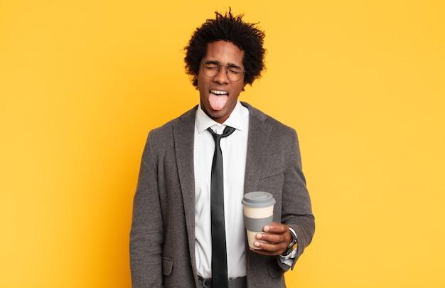 Jonge zwarte afro man met vrolijke, zorgeloze, rebelse houding.