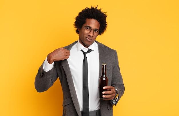 Jonge zwarte afro man op zoek arrogant, succesvol, positief en trots, wijzend naar zichzelf