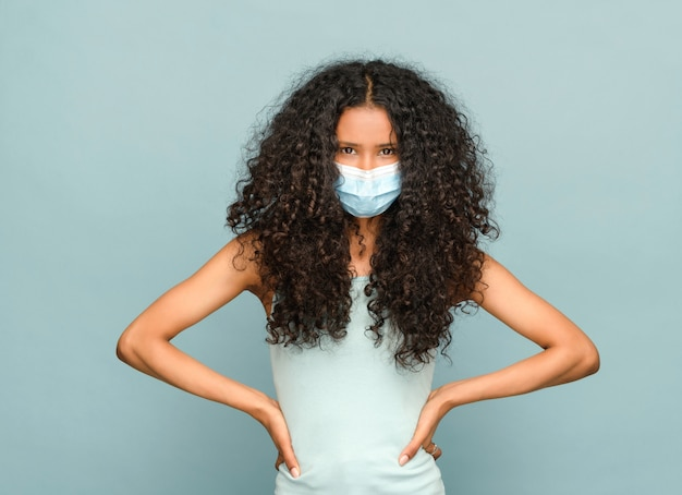 Jonge zwarte dominicaanse vrouw die een masker draagt