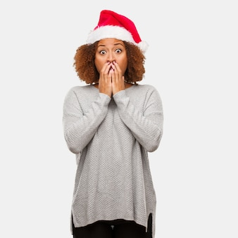 Jonge zwarte dragen een kerstmuts erg bang en bang verborgen