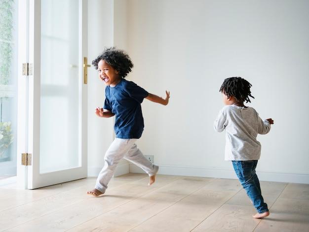 Jonge zwarte jongens spelen in hun nieuwe huis