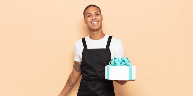 Jonge zwarte man die er blij en aangenaam verrast uitzag, opgewonden met een gefascineerde en geschokte uitdrukking
