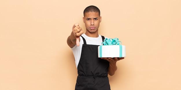 Jonge zwarte man die zich boos, boos, geïrriteerd, teleurgesteld of ontevreden voelt
