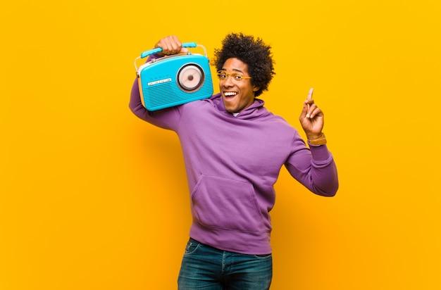 Jonge zwarte man met een vintage radio