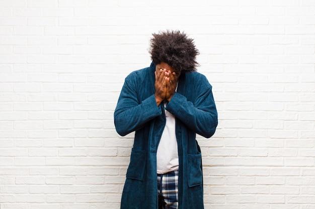 Jonge zwarte man met pyjama