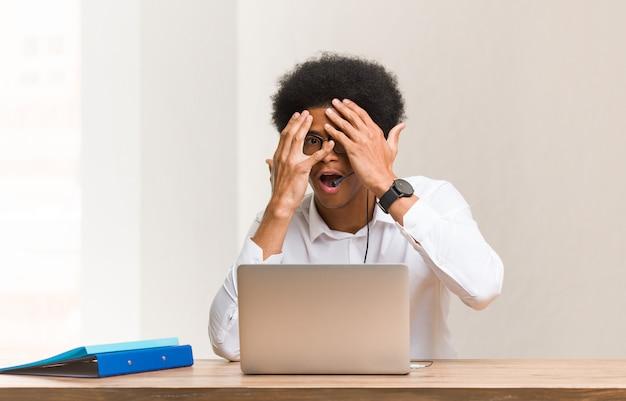 Jonge zwarte man met telemarketeers voelt zich bezorgd en bang