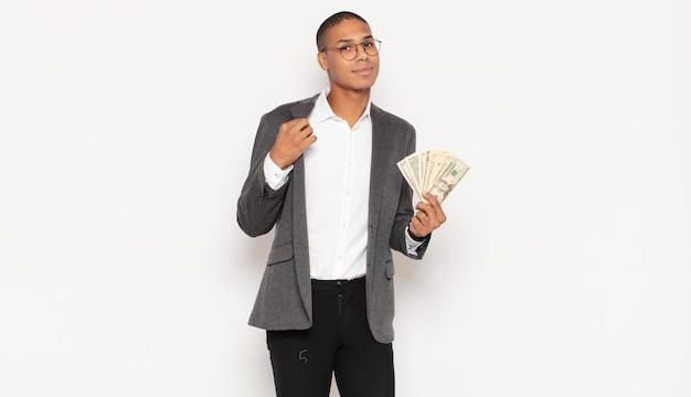 Jonge zwarte man op zoek arrogant, succesvol, positief en trots, wijzend naar zichzelf