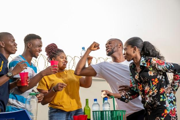 Jonge zwarte mensen die een feest geven, veel plezier hebben, een reüniefeest