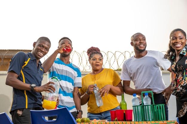 Jonge zwarte mensen die een feestje geven, veel plezier hebben, feest vieren