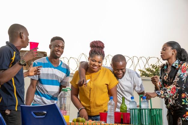 Jonge zwarte vrienden die een feestje geven, veel plezier hebben, vieren
