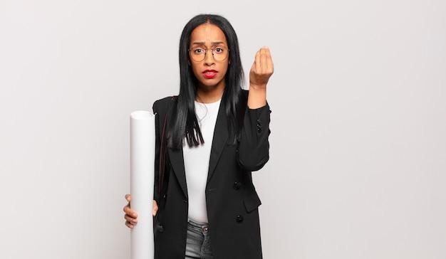 Jonge zwarte vrouw die capice of geldgebaar maakt en u vertelt uw schulden te betalen!. architect concept