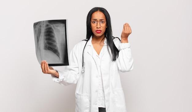 Jonge zwarte vrouw die capice of geldgebaar maakt en u vertelt uw schulden te betalen!. arts concept
