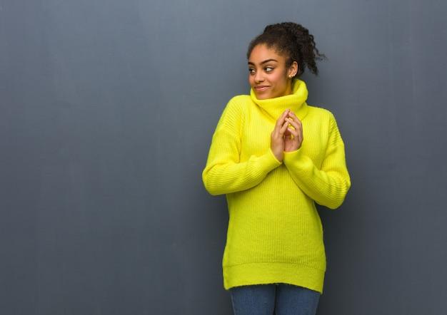 Jonge zwarte vrouw die een plan bedenkt