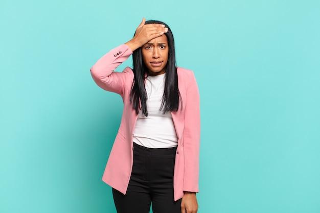 Jonge zwarte vrouw die in paniek raakt over een vergeten deadline, zich gestrest voelt, een puinhoop of een fout moet verdoezelen. bedrijfsconcept