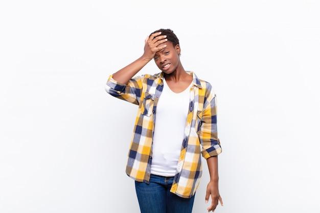 Jonge zwarte vrouw die op een vergeten deadline spiekt, zich gestrest voelt, een puinhoop of een fout moet bedenken