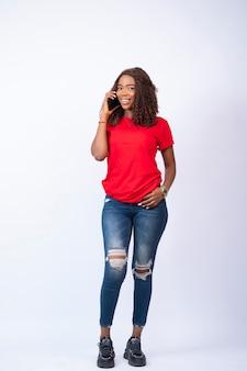 Jonge zwarte vrouw die telefoneert