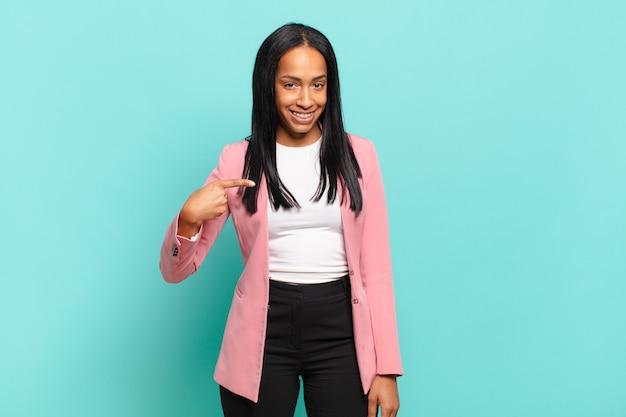 Jonge zwarte vrouw die trots kijkt
