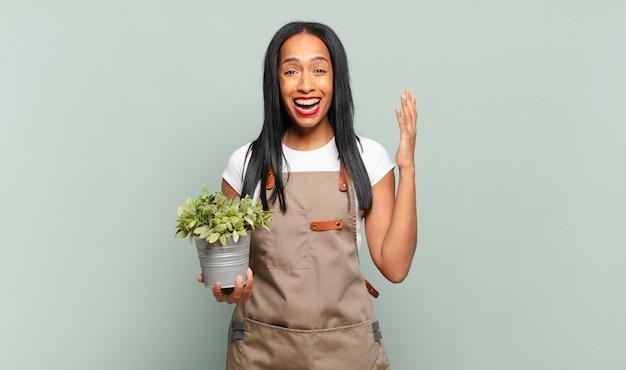 Jonge zwarte vrouw die zich gelukkig voelt
