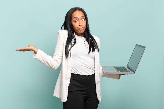 Jonge zwarte vrouw die zich verward en verward voelt