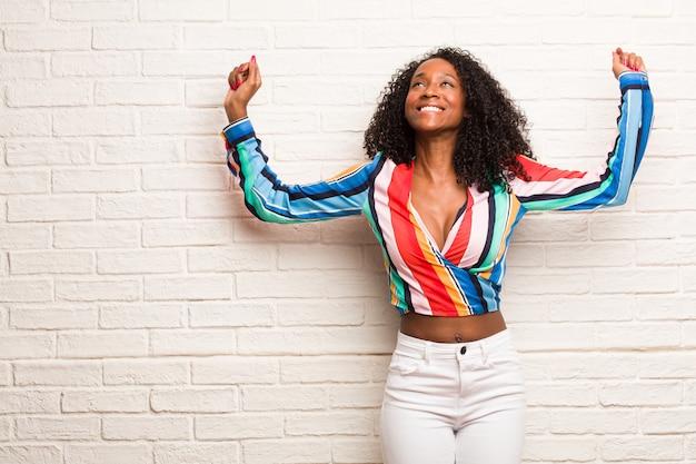 Jonge zwarte vrouw erg boos en boos, zeer gespannen, schreeuwen woedend, negatief en gek