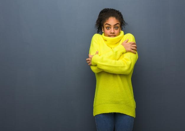Jonge zwarte vrouw gaat koud vanwege lage temperatuur