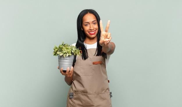 Jonge zwarte vrouw lacht en ziet er gelukkig uit