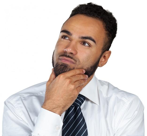 Jonge zwarte zakenman in een nadenkende die stemming op wit wordt geïsoleerd