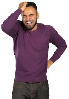 Jonge zwarte zakenman met een hoofdpijn die op wit wordt geïsoleerd