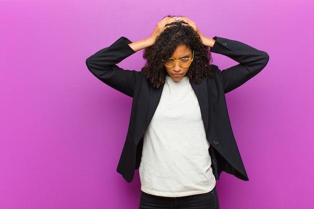 Jonge zwarte zakenvrouw voelen gestrest en gefrustreerd