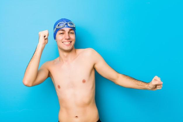 Jonge zwemmersmens die en pret dansen hebben.