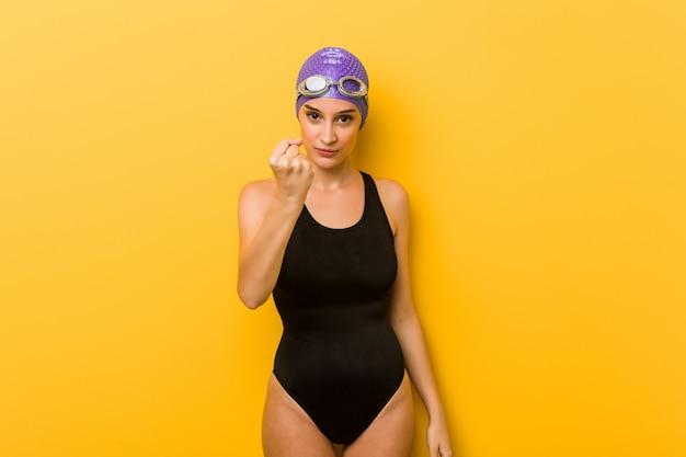 Jonge zwemmersvrouw die vuist toont