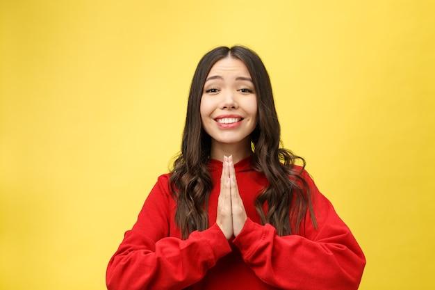 Jongedame concentratie krijgen, hand in hand bidden, gefocust op wensen