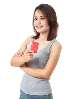 Jongelui die aziatische vrouw glimlachen die creditcard voorstellen