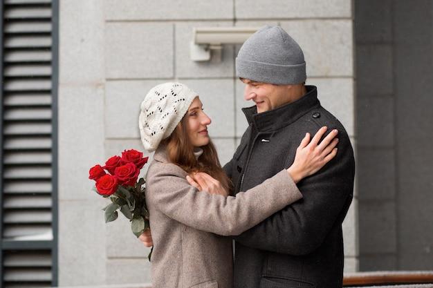 Jongeman cadeau aan zijn vriendin boeket rozen in de stad. valentijnsdag.