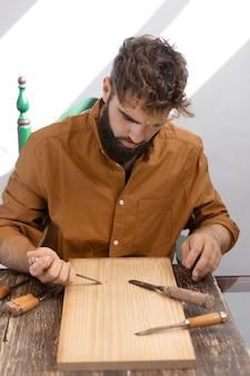 Jongeman gravure in hout