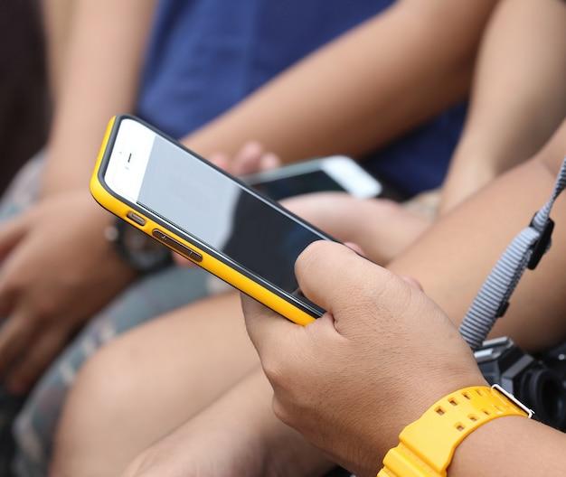 Jongeman hand houden telefoon