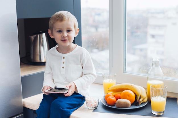 Jongen aan het ontbijt