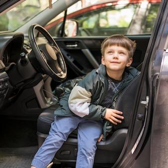 Jongen achter het stuur