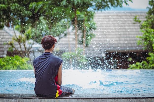 Jongen blijft thuis verveeld door schoolsluitingen als gevolg van covid-pandemie. verdrietig en alleen in huis