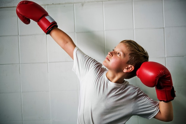 Jongen boksen overwinning vertrouwen poseren winnende concept