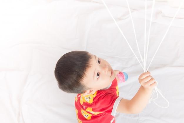 Jongen broer of zus met ballon hart vorm van liefde