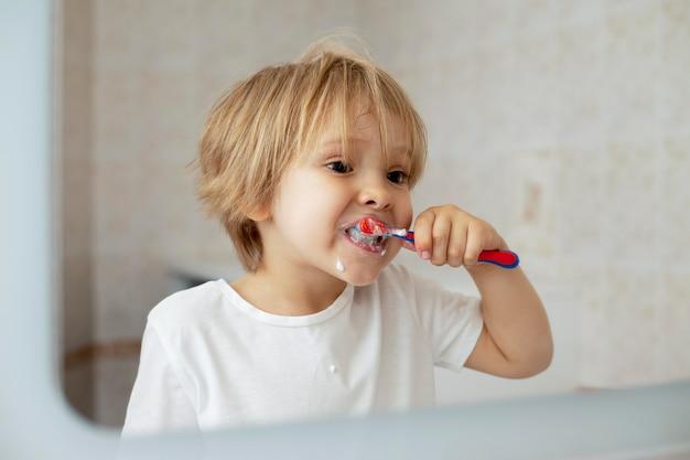 Jongen de tanden poetsen