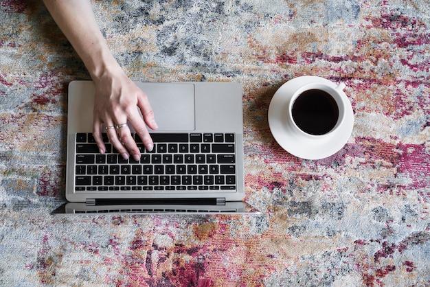 Jongen die aan grijze laptop werkt