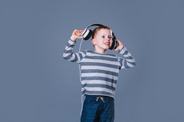 Jongen die aan muziek in hoofdtelefoons luistert